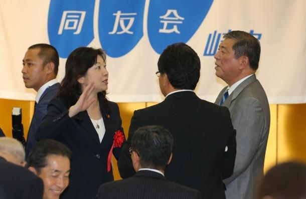 講演後のパーティーで話す野田聖子議員(左)と石破茂地方創生相=21日午後、岐阜市