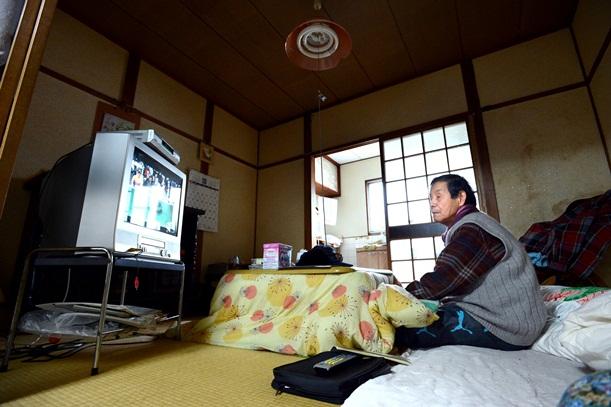 日中は居間の電気をほとんどつけず、窓から差し込む日の明かりで暮らす生活保護の高齢者=2013年3月、兵庫県尼崎市