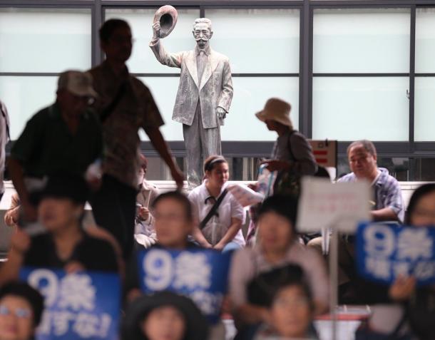 国会前のデモに集まった人たちを「憲政の神様」尾崎行雄の銅像が見守っていた=30日午後1時50分、東京・永田町20150830