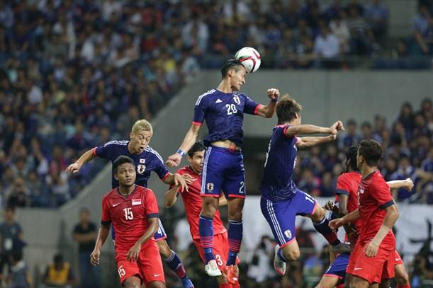 シンガポール戦前半、右CKに頭で合わせる槙野=2015年6月16日、埼玉スタジアム