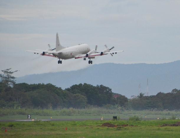 南シナ海に向けて離陸する海上自衛隊のP3C哨戒機=23日午前、フィリピン西部パラワン島20150626
