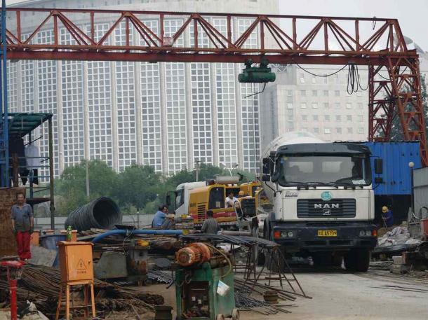 中国政府は景気をテコ入れするため、公共工事の認可を増やしている