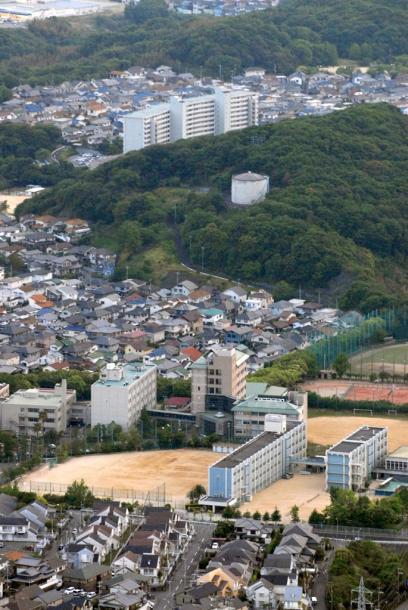 事件のあった通称「タンク山」と周辺の住宅団地=2011