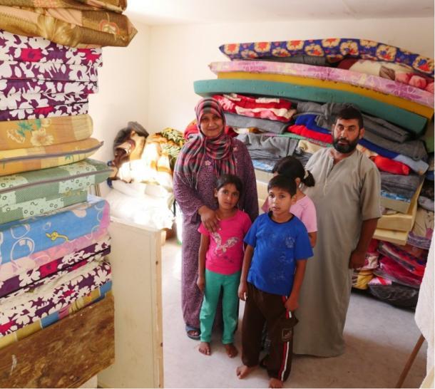 家を破壊されコンテナ式仮設住宅に住む避難民=ガザ市北部のベイトハヌン