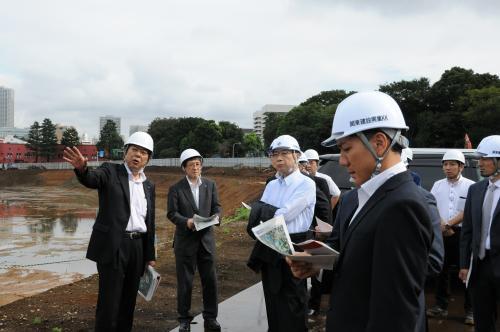 写真・図版 : 新国立競技場の建設予定地を視察する第三者委員会の委員ら=2015年9月4日、文科省提供