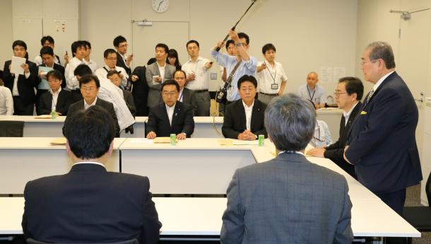 与党税制協議会であいさつする野田毅・自民党税調会長(右橋)