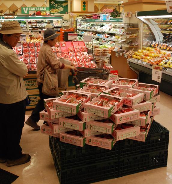 スーパーの売り場では、4パックのまとめ買いで割安になるイチゴをPRしていた