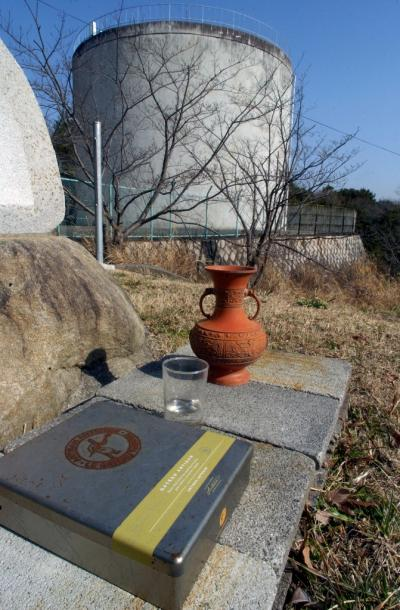 土師淳君の殺害現場の「タンク山」では、水と花瓶、さい銭用の箱が置かれていた=10日午前、神戸市須磨区友が丘