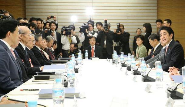 有識者懇談会」の初会合であいさつする安倍晋三首相(右手前から3人目)。左から3人目は座長の西室泰三・日本郵政社長=25日20150225T
