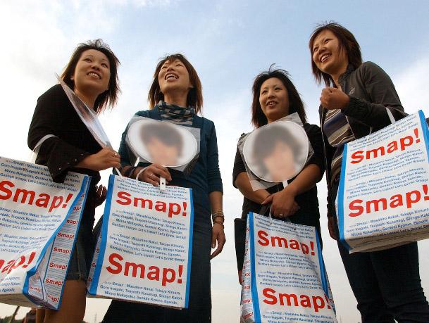 開演前、グッズを買い込み満足そうな女性たち=2002年9月、宮城県利府町