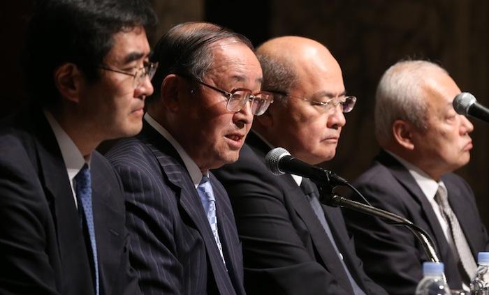 写真・図版 : 東芝が決算の営業利益を水増ししていた問題について会見で調査内容を説明する第三者委員会の上田広一委員長(左から2人目)ら