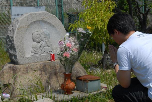 事件の現場に建てられた慰霊碑「なかよし地蔵」