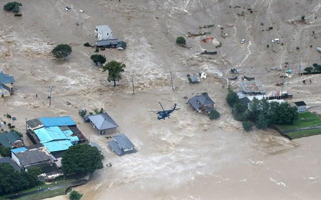 写真・図版 : 鬼怒川の堤防決壊現場=9月10日午後、茨城県常総市、本社ヘリから、岩下毅撮影
