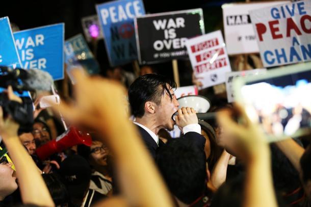 写真・図版 : 国会前のデモで、安保法制反対を叫ぶ「SEALDs」メンバーの奥田愛基さん=2015年9月15日