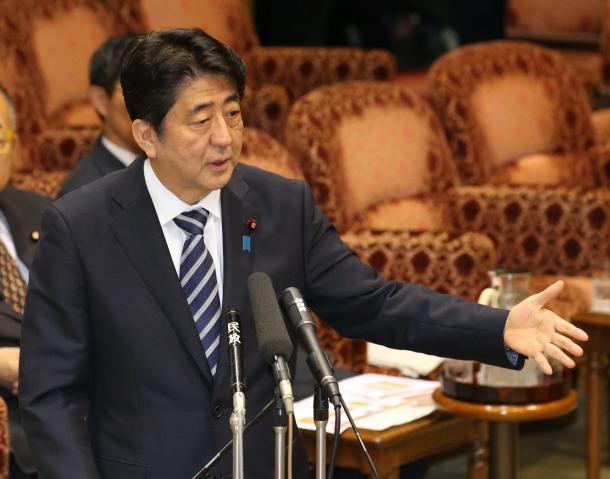 写真・図版 : 安保関連法案の参院特別委で答弁する安倍晋三首相