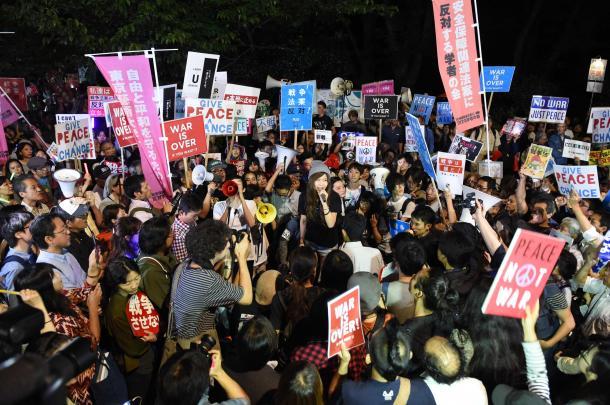 写真・図版 : 安保法案の廃案を求める国会前デモ