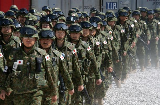 写真・図版 : イラク・サマワに到着し宿営地に入る陸自主力第3波の隊員たち=2004年3月