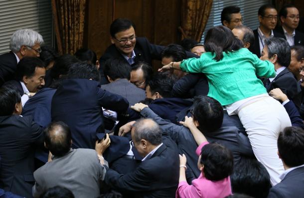 写真・図版 : 「議場騒然、聴取不能」=2015年9月17日、参院特別委