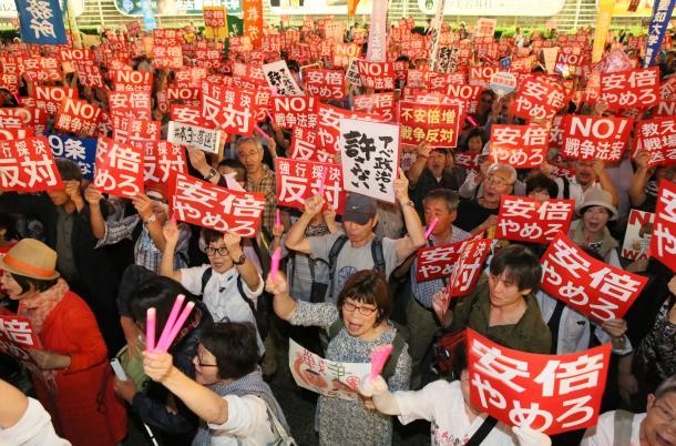 写真・図版 : 安保法案に反対する集会で抗議のカードを掲げる参加者たち=9月18日、名古屋・栄