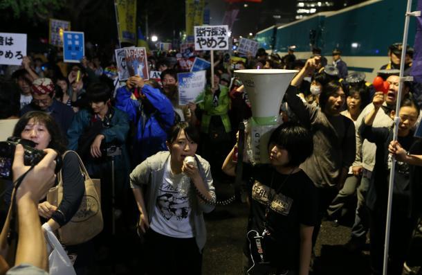 安保関連法案に反対する国会前での抗議集会では、多くの人が夜遅くまで声をからした=2015年9月18日