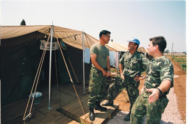 PKO自衛隊宿営地でポルトガルの隊員と話す自衛官=1993年、モザンビーク