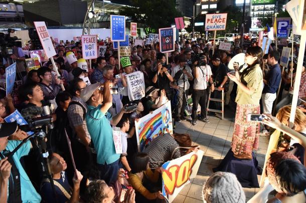 「SEALDs TOKAI」の初めての街頭活動。メンバーらがスピーチした=13日午後7時13分、名古屋市中村区のJR名古屋駅前