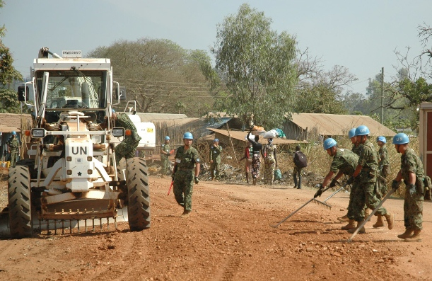 南スーダンで土砂をならして道路を整備する自衛隊員=2015年1月20日、ジュバ
