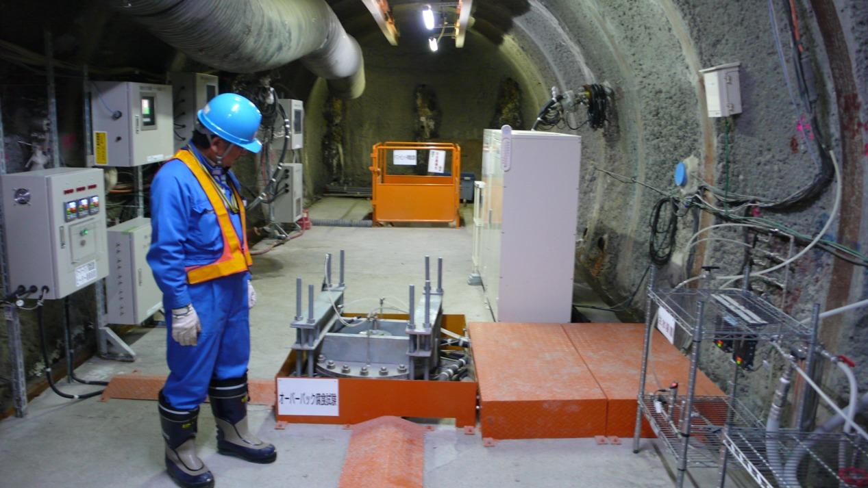 写真・図版 : 幌延深地層研究センターでは、地下380メートルのトンネルで高レベル放射性廃棄物の模擬体をつかった研究が進む。北海道・幌延町、2015年7月撮影、朝日新聞