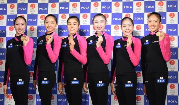 種目別リボンで獲得した銅メダルと掲げる新体操日本代表の団体メンバー=2015年9月15日、東京・渋谷の岸記念体育館