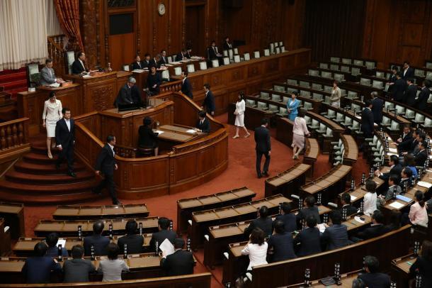 参院本会議で安保関連法案の採決に臨む各党の議員=19日