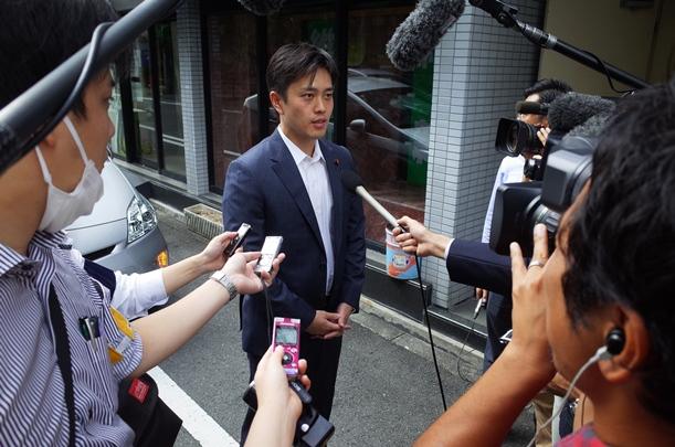 報道陣に囲まれる、大阪市長選に大阪維新の会の公認候補として擁立されることになった吉村洋文衆院議員=2015年9月26日、大阪市中央区