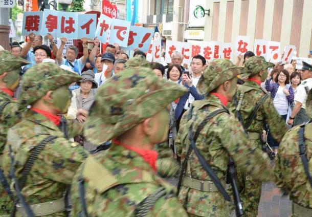 賛否の声が交差した中心商店街での自衛隊パレード=13日、佐世保市