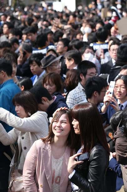自分の番号を見つけ喜ぶ受験生と母親ら=2013年3月8日、福岡市東区の九州大箱崎キャンパス