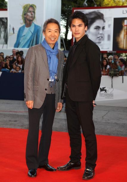 写真・図版 : レッド・カーペットを歩く中沢敏明氏と三船力也 氏 (c)Kazuko Wakayama