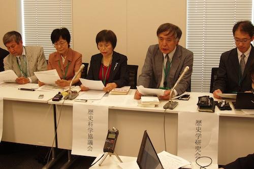 慰安婦問題で声明を発表する歴史学団体の代表者ら。右から2人目が筆者=5月25日、東京都千代田区