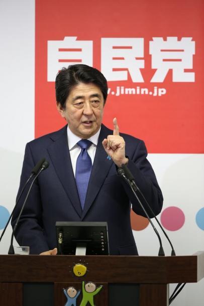 記者会見する安倍晋三首相=2015年9月24日、東京・永田町の自民党本部