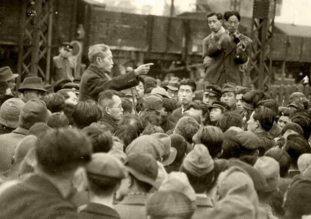 1947年3月、街頭で熱弁をふるう尾崎行雄