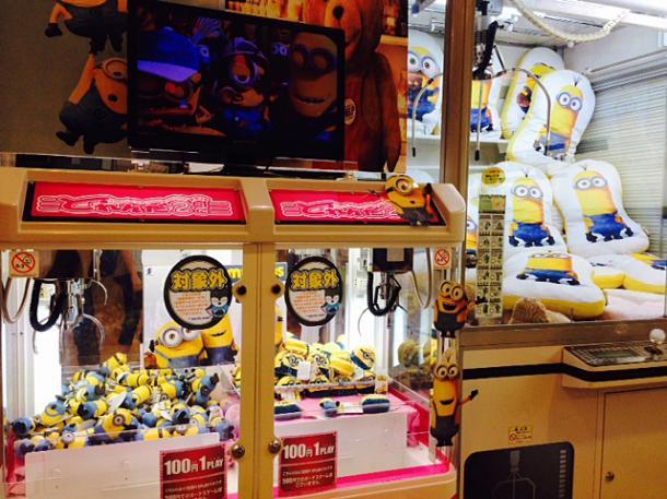 写真・図版 : ゲームセンターのクレーンゲームもミニオン一色に=撮影・筆者