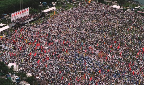 1995年10月21日、米兵による少女暴行事件に抗議して開かれた総決起大会の会場は8万5千人の参加者で埋め尽くされた=沖縄県宜野湾市