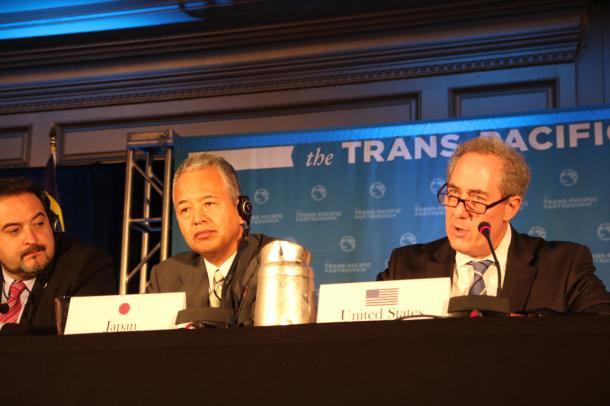 共同記者会見に臨む甘利明TPP相(中央)ら=2015年10月5日夜、米アトランタ