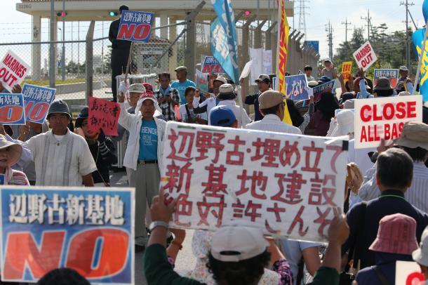 米軍キャンプ・シュワブ前で抗議する人たち=2015年10月13日、沖縄県名護市