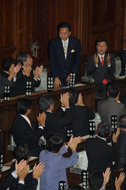写真・図版 : 衆院本会議で首相に指名された民主党の鳩山由起夫代表=2009年9月16日、衆院本会議場