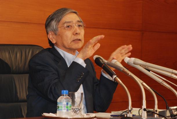 記者会見する日本銀行の黒田東彦総裁=2015年8月