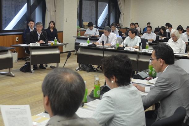 日本学術会議で通知について説明する文科省の常盤豊・高等教育局長(右奥から2人目)=2015年9月18日、東京都港区