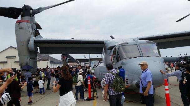 写真・図版 : 普天間飛行場から飛来した米海兵隊のオスプレイ=三沢基地、撮影・筆者