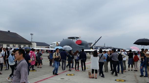 写真・図版 : グアムから飛来した大型無人機グローバル・ホーク=三沢基地、撮影・筆者