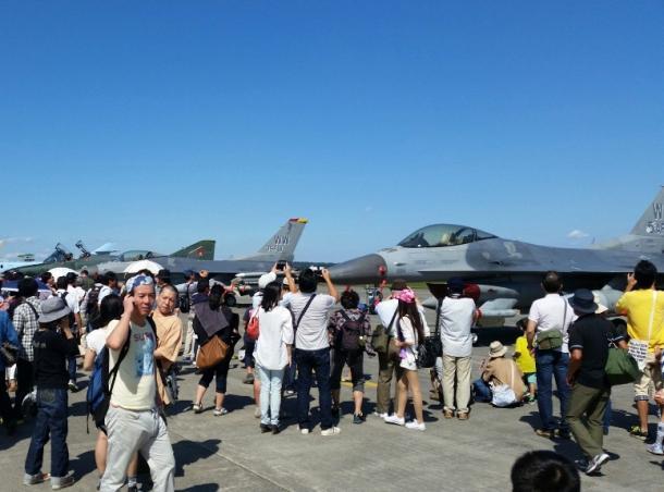写真・図版 : 横田基地でも米軍の戦闘機などが展示された=撮影・筆者