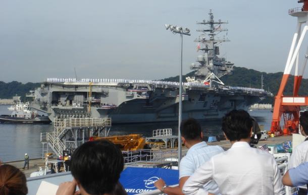 写真・図版 : 横須賀基地に入港する米空母ロナルド・レーガン=撮影・筆者