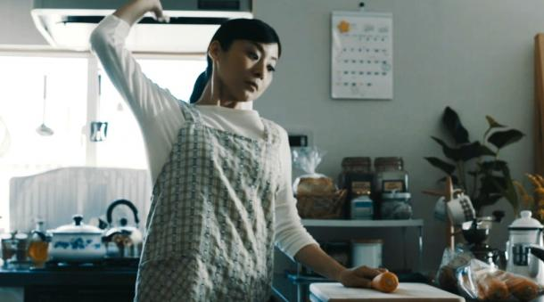 女性が空手チョップでニンジンを切ろうとするシーン=岐阜県関市提供
