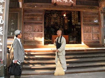 同慶寺と田中住職(筆者撮影)